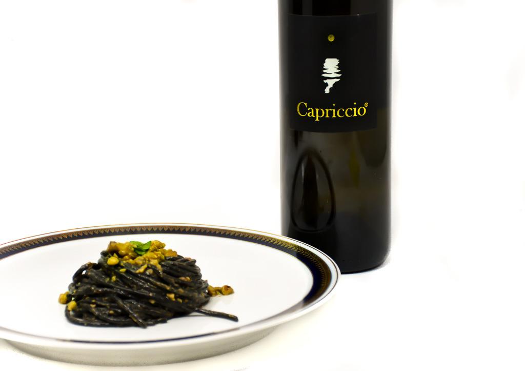 Spaghetto nero alle noci con abbinamento Capriccio Bianco